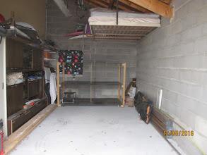 Photo: Y a la Place et une étagère 3 étages au Fond