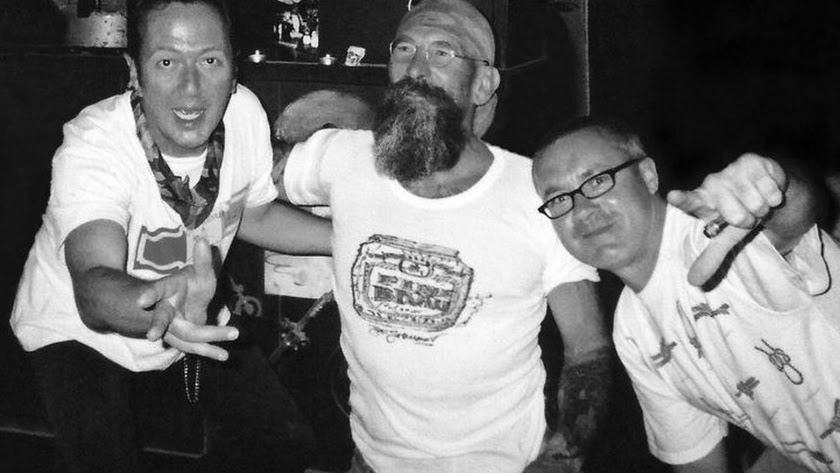 Jo con Joe Strummer y Damien Hirst en el JoBar en una imagen del libro