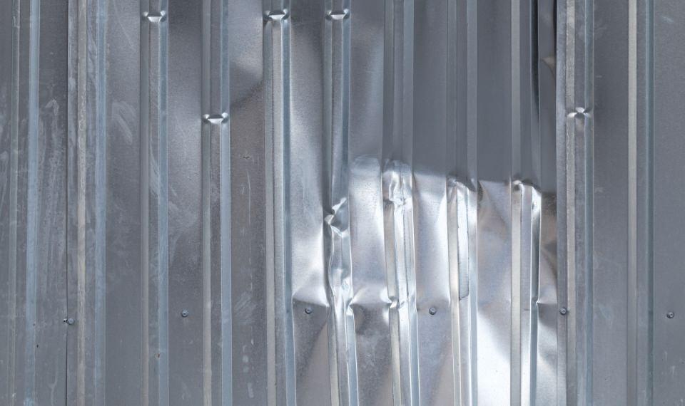 Xếp chồng quá nhiều tấm tôn lên nhau có thể gây biến dạng bề mặt tôn