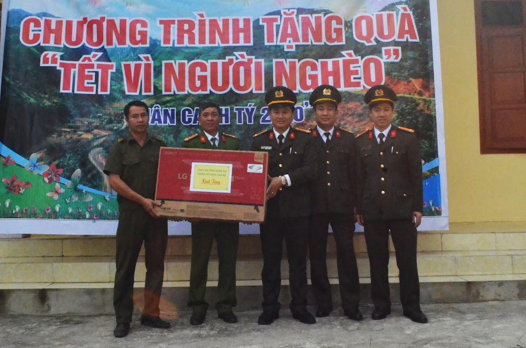 Phòng tổ chức cán bộ tặng Ban Công an xã Tam Hợp 01 chiếc tivi.