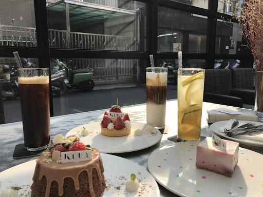 巧克力戚風蛋糕    賣相超可愛的,  每道甜點從擺盤到裝飾,  都有店家的小巧思,  尤其是巧克力戚風蛋糕,  內心已悄悄的為它融合了,  味道不會過甜,  也沒有死膩,  好喜歡。   其他的甜點