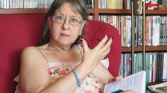 Piral Quirosa-Cheyrouze rodeada de libros y películas.