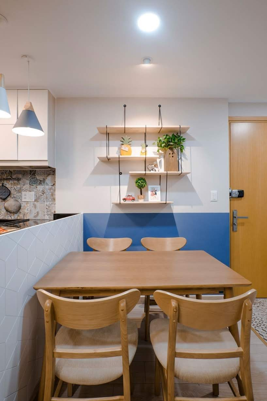 Estallidos de azul y amarillo mantienen este apartamento divertido y brillante