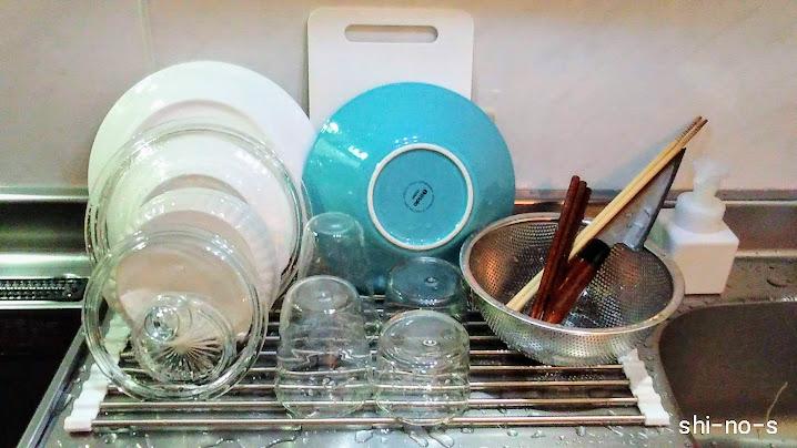 水切りかごの上に2人分の洗い物