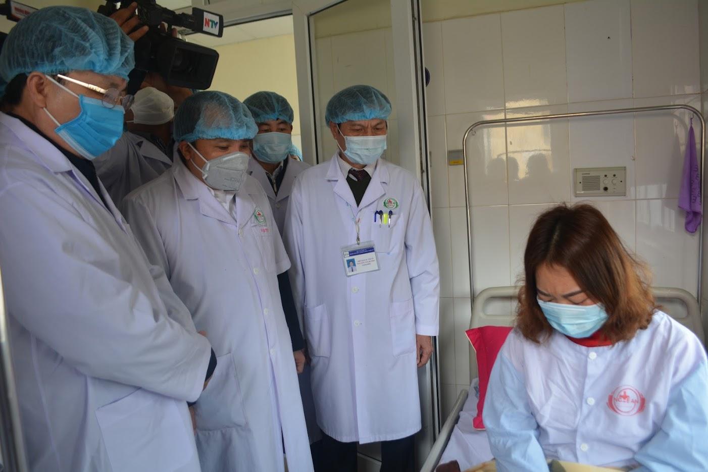 Đồng chí Bùi Đình Long – Phó Chủ tịch UBND tỉnh cùng lãnh đạo sở y tế Nghệ An thăm và động viên bệnh nhân nghi nhiễm virus corona