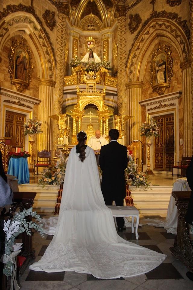 El Santuario de la Virgen del Mar acogió el enlace entre María del Mar y Manuel Javier.