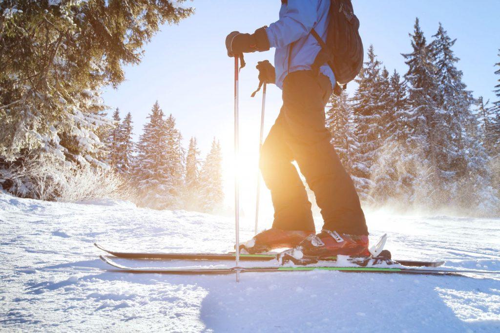 Esquiador a punto de bajar por la pista