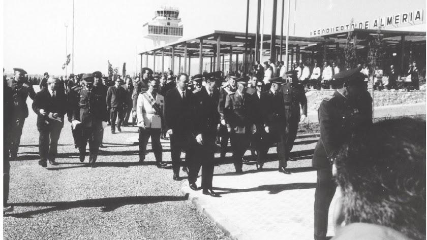 Franco junto a Fraga y otros dirigentes civiles y militares inaugurando el aeropuerto.