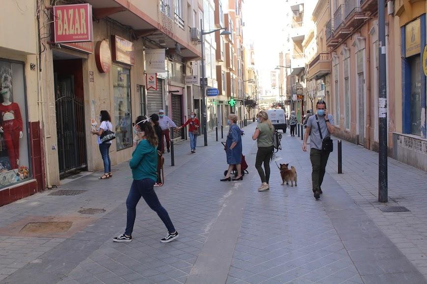 Público esperando su turno en la calle Juan Lirola.