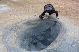 Photo: Popołudniowa aktywność - zaglądanie do gejzera. Niño Odkrywca Romek w żywiole.