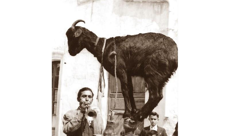 El húngaro con la cabra que aparecía por la calle Real del Barrio Alto, captado por la cámara de Antonio Pérez Yglesias.