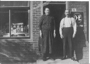 Photo: In de Noorderstraat nr.2 was vroeger een kruidenierswinkel  van de ouders van ome Jaap Zwart. Prachtig die ouderwetse snoeppotten voor de etalage.