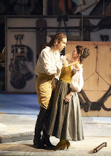 "Photo: Wiener Staatsoper: ""Le nozze di Figaro"" am 16.11.2014. Luca Pisaroni (Conte) und AnitaHartig (Susana).  Foto Wiener Staatsoper/ Pöhn"