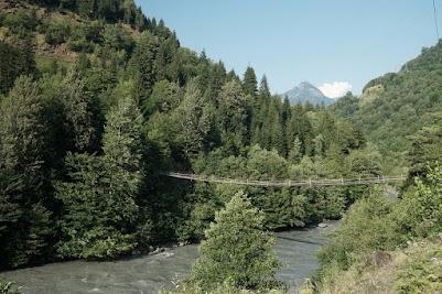 Immer wieder überspannen Fußgängerbrücken denn gut gefüllten Fluss.