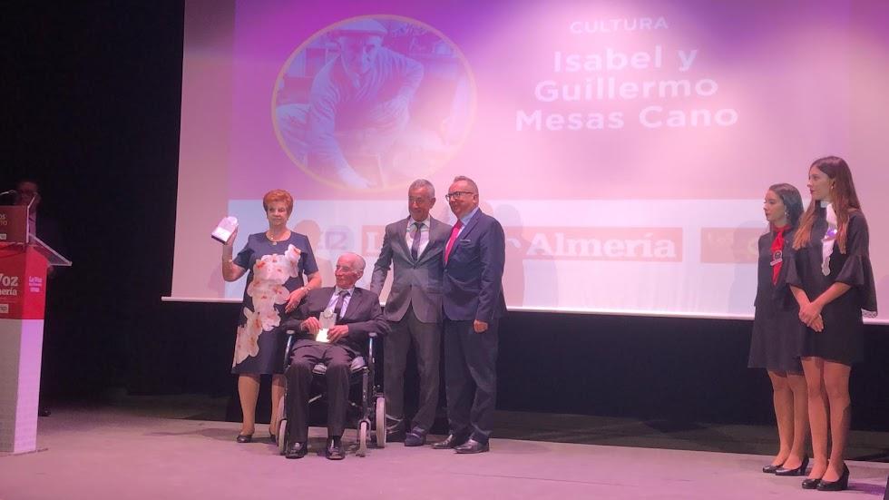 Premio Cultura para Isabel y Guillermo Mesas, turroneros. Entrega Pedro M. de la Cruz, director de LA VOZ.