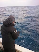 """Photo: どこに行っても喰わないので、波はかなり高いが昨日よく釣れた場所へ! """"さきとさん""""アタックはあるが、ヒットしない。"""