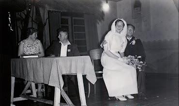 Photo: Jennechiesmarkt Getuigen Diny Vedder-Bruins en Jans Knoop Het bruidspaar Gé Zandvoort en Roel Hilbolling