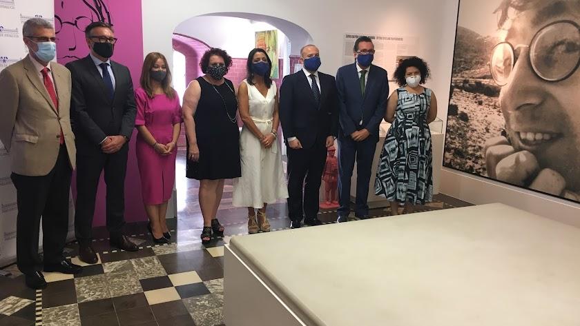 Foto de familia tras la reunión de la Mesa del Parlamento en la Casa del Cine de Almería.