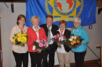 Photo: Auch die Partnerinnen erhalten ein kleines Blumenpräsent