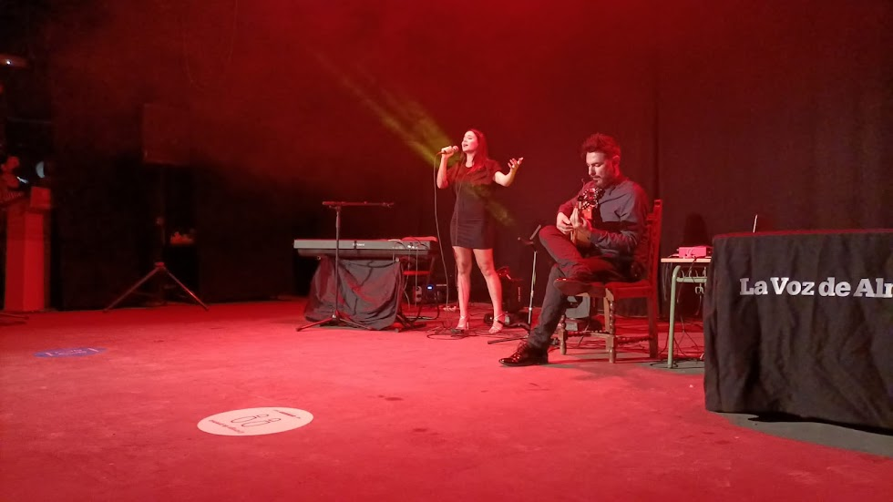 Mar Hernández, con Francis Hernández a la guitarra, durante su segunda actuación en la gala.