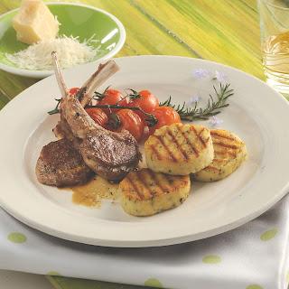 Gegrillte Parmesan-Taler zum Lammkotelett mit Kirschtomaten und Rosmarin