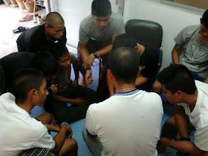 Photo: ช่วงบ่ายของวันนี้ปิดท้ายการเรียนด้วยการสุมหัวเรียนภาษาอังกฤษ ... เรียนไป หัวเราะกันไป :)  {23 กันยายน 2555}
