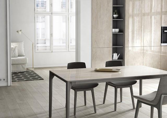 Dekton Slim, color Arga en tapa de mesa y panelado de armarios.