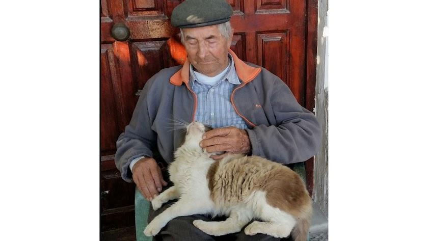 Bernabé Martín, campesino de La Cañada, con su gato Mapache, que falleció hace unos días con 94 años, sin disponer de funeral.