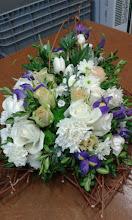 Photo: coeur de deuil réalisé lors de ma formation à eyzin pinet (38) fleurs utilisées: iris, roses, chrysanthémes, santinis verts la structure en bois tressés est réalisée à la main également  prix du coeur 70 euros