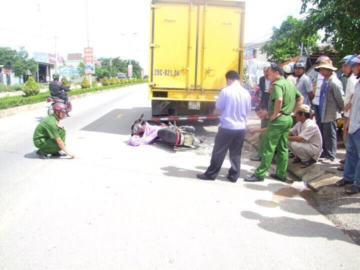 Tông vào đuôi xe tải, 01 người chết