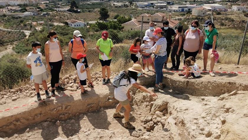 Un taller celebrado días atrás durante las excavaciones en el cerro del Espíritu Santo de Vera.