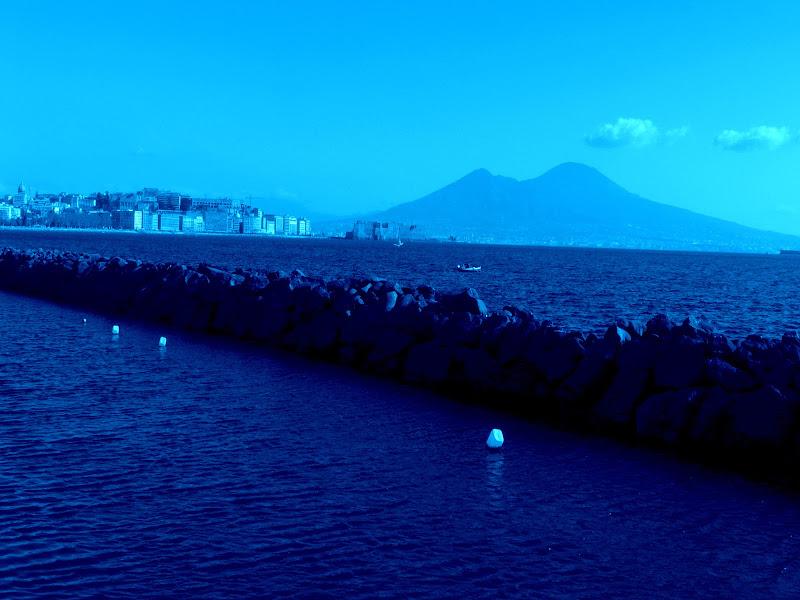 Mare immenso blu del golfo di Napoli con Vesuvio sullo sfondo di Mario Romano