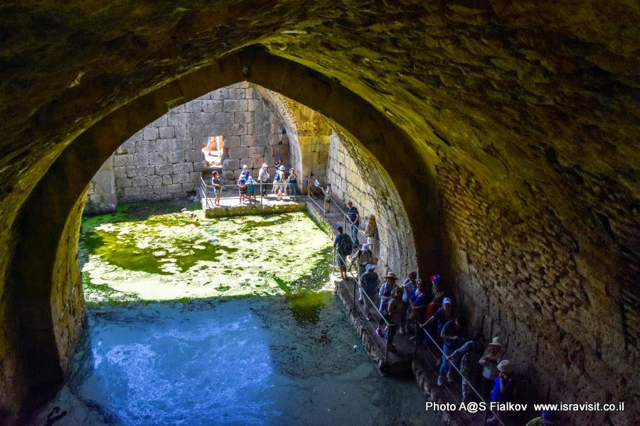 В подземелье древней крепости Нимрод. Туризм в Израиле.