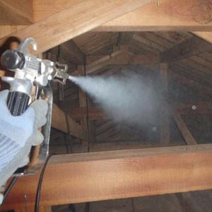 屋根裏の殺虫殺菌作業写真