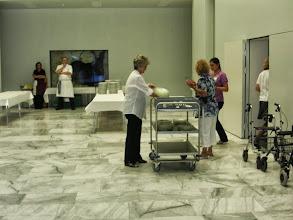 Photo: Im Eingangsbereich. Vorbereitungen für's Mittagessen