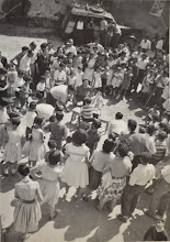 Photo: Juegos en la plaza (Chocolate a ciegas). Proveedor: Mireia García. Año: 1958.