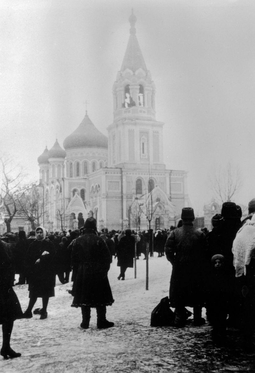 Початок 1930-го. Народ зібрався дивитися, як зі Свято-Духівської церкви зніматимуть дзвони. Фото надано Михайлом Корніловим