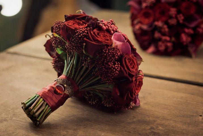 Оформление бордового букета для невесты