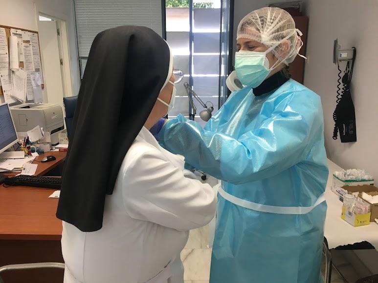 Una religiosa en el Centro de Salud Mediterráneo.