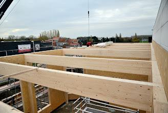 Photo: 08-11-2012 © ervanofoto De werken zijn intussen zover gevorderd dat alle dakspanten geplaatst zijn. Nu kan er begonnen worden met het dak dicht te leggen.
