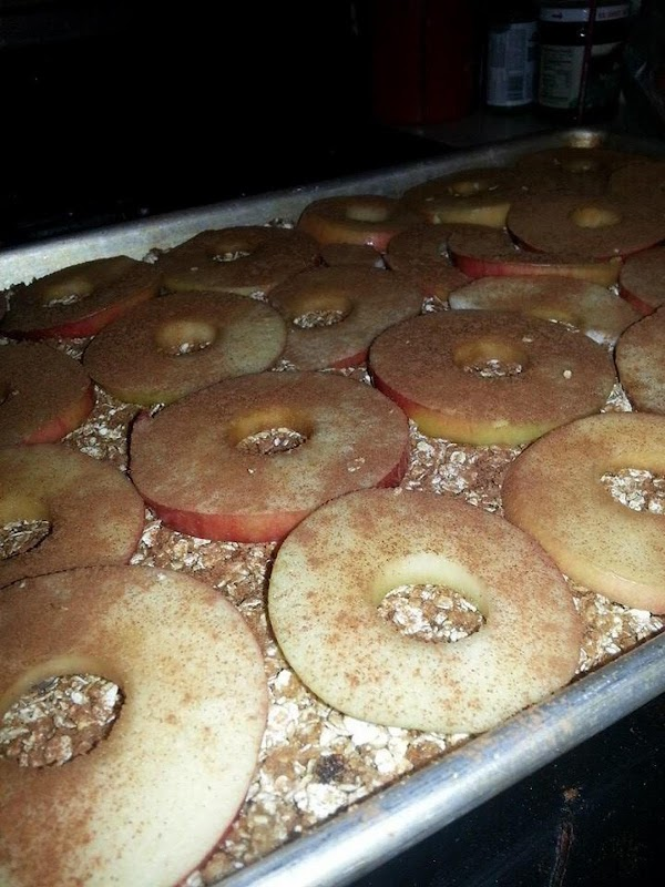 Oatmeal layer, apple slice layer, sprinkled with cinnamon