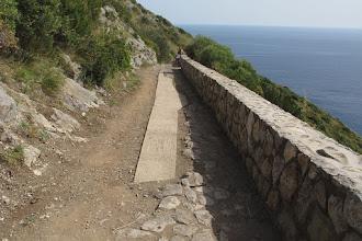 Photo: A destra parte dell'antico basolato a sinistra, quasi ad incastro, riappare la striscia di cemento