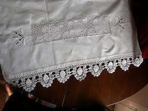 Photo: Uno degli asciugamani di cotone tessuti in casa e ricamati a sfilature con roselline a punto rammendo