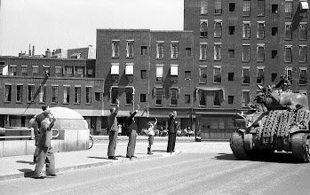 Photo: 0003. Bevrijdingsparade op de Laan van Meerdervoort, een tank op de brug over het Verversingskanaal, op de achtergrond Corner House. 21  mei 1945.  http://www.loki-travels.eu/