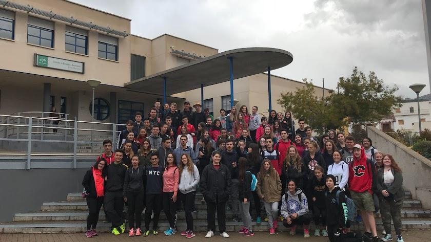Reunión de alumnos y profesores de Nueva Zelanda con los del IES Emilio Manzano a las puertas del centro.