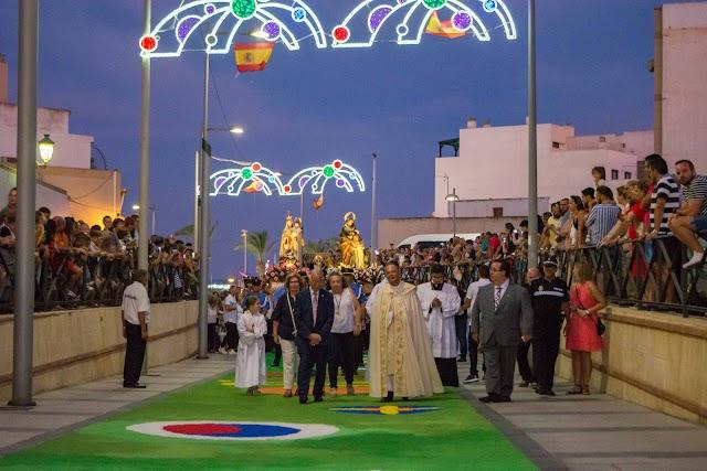 Las primeras autoridades en la procesión del pasado año.
