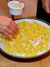 Photo: spreading sliced garlic over the pineapple
