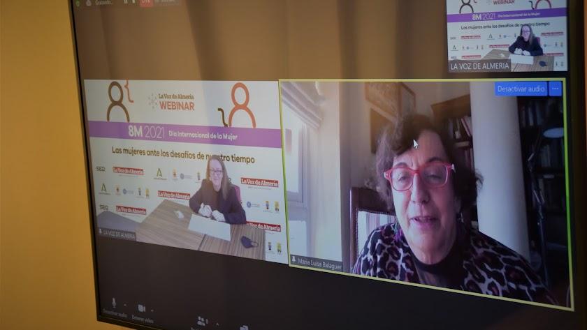 Antonia Sánchez Villanueva, subdirectora de LA VOZ, charlando con María Luisa Balaguer.