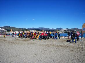 Photo: Une partie des 190 kayakistes inscrits sur la plage de Llançà