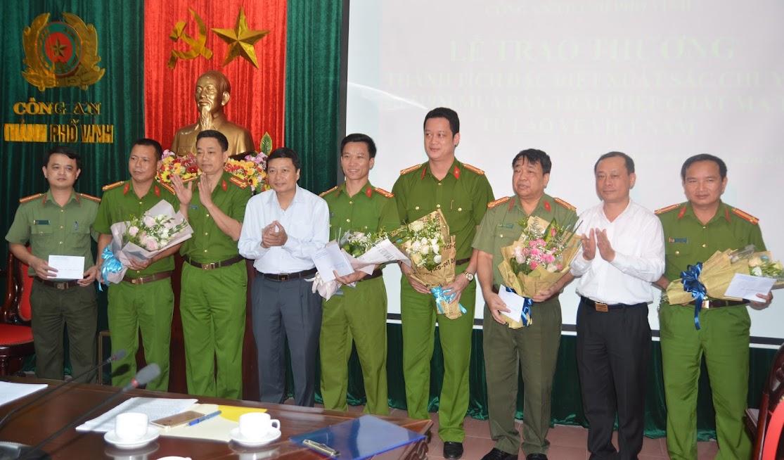Lãnh đạo UBND tỉnh, UBND TP Vinh và Công an tỉnh Nghệ An trao thưởng cho Ban chuyên án 519M